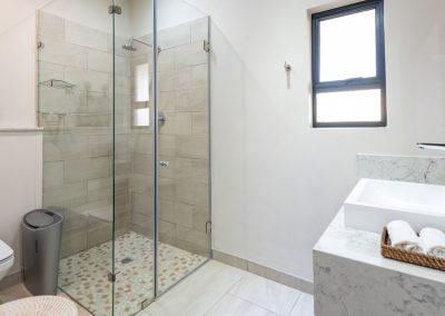Advantage-Lounge-Bathroom
